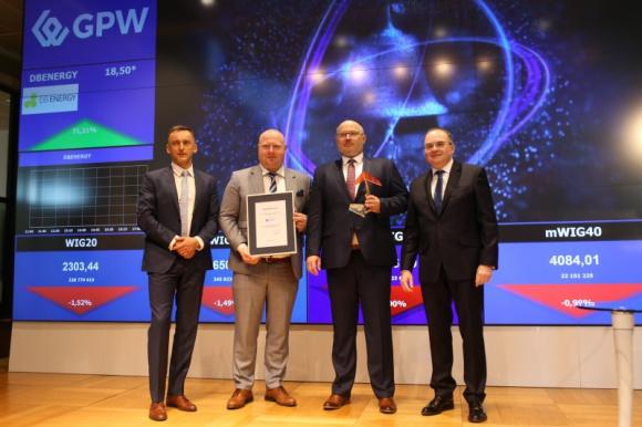 DB ENERGY SA DEBIUTUJE NA RYNKU NEWCONNECT BIZNES, Giełda - Akcje DB Energy, lidera w branży usług efektywności energetycznej dla przemysłu w Polsce, zadebiutowały dzisiaj na rynku NewConnect w Warszawie. Do Alternatywnego Systemu Obrotu na rynku NewConnect wprowadzono 1 807 460 akcji o wartości nominalnej 0,10 zł każda.